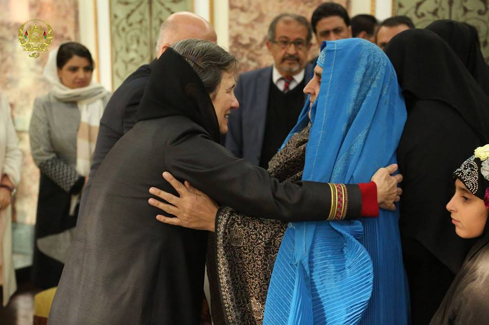 Mrs. Rula Ghani, the First Lady of Afghanistan, embracing Sharbat Gula. November 9, 2016